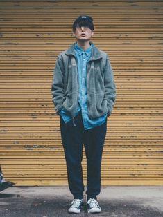 フリースジャケット(オリーブグレー)×ビッグシャツ(ライトブルー)×スウェットパンツ(ネイビー) 肩