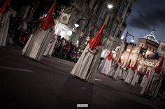 Sonido de cornetas y tambores, un profundo olor a incienso, tradición, sentimiento, devoción y silencio. El silencio de la Semana Santa de Valladolid es sobrecogedor y emotivo http://www.ochoytres.com/2015/04/sanctus-semana-santa-en-valladolid/