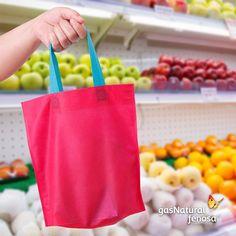 Lleva tus bolsas de tela a la tienda o al supermercado, así evitarás las bolsas de plástico que son un gran contaminante.