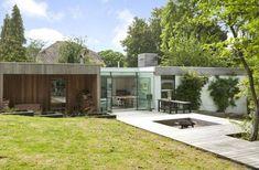 On the market: single-storey modernist property in Berkhamsted, Hertfordshire - WowHaus Modern Exterior, Exterior Design, Mid-century Interior, Country Estate, Mid Century Modern Design, Architect Design, Cladding, Art And Architecture, Midcentury Modern