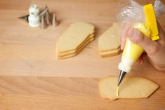"Cómo hacer tu propia ""Glasa Real"" para decorar galletas.  How to make your own ""Royal Icing"" for performing cookies decorations."