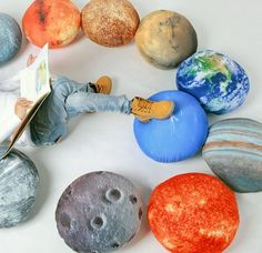 Planet pattern pillow sets can bring you home fantasy and lead your imagination to outer space. Probably you will buy the whole solar system.
