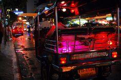 Steigt ein in das #YOUNGLINE Tuk-Tuk! Besonders rund um Bangkoks wuselige Chinatown knattern die Dinger durch die Straßen, und wir sind natürlich dabei.  #tuktuk #Bangkok #Thailand #nightlife #nachtleben #reisen #urlaub #travel