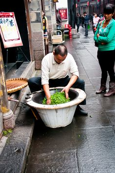 This gentleman is performing the traditional way of Chinese tea roasting live on the very busy Jinli street :) This photo is taken in Jinli, Chengdu, Sichuan, China. Tea Culture, Culture Travel, Chinese Picture, Sichuan China, Cocoa Tea, Visit China, Chinese Tea, Chengdu, How To Make Tea
