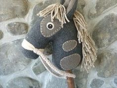 Hobby horse / stick horse - love the patches Horse Party, Cowboy Party, Diy Projects To Try, Sewing Projects, Diy For Kids, Gifts For Kids, Stick Horses, Equestrian Gifts, Horse Pattern