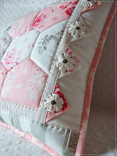 Quilting and yo-yos.  So pretty.  I am going to have to learn how to do these one day!  Found on katrosblog.blogspot.com.br