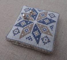 Steekjes & Kruisjes, love it! Biscornu Cross Stitch, Cross Stitch Embroidery, Embroidery Patterns, Cross Stitch Patterns, Cross Stitch Tutorial, Cross Stitch Finishing, Cross Stitch Designs, Pin Cushions, Cross Stitching