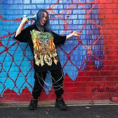 O estilo de Billie Eilish - Guita Moda Billie Eilish, Tyler The Creator, T-shirts Vintage, Hypebeast, Streetwear, Kanye West, Casual Chique, Champion, Alexander Mcqueen