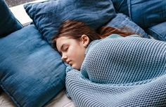 """Ύπνος: Υπάρχουν συγκεκριμένοι λόγοι για τους οποίους είμαστε """"προγραμματισμένοι να κοιμόμαστε καλύτερα και πιο γρήγορα με κάποιο σκέπασμα. Cortisol, How To Get Sleep, Good Sleep, Self Regulation Strategies, Emotional Regulation, Teenage Behaviour, Sleep Center, Sleep Medicine, Girl Sleeping"""