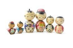 50's kokeshi kokeshi doll Ref A, set of 6 by NostalgicKingyo on Etsy https://www.etsy.com/no-en/listing/461836624/50s-kokeshi-kokeshi-doll-ref-a-set-of-6