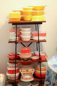 more pyrex! Bottom right...a full set of nesting Friendship bowls.  I'm halfway there.