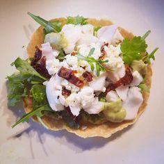 Lyst til å prøve en ny og spennende variant av taco i helgen? I går lagde vi fisketaco litt inspirert av oppskriften i boka til @magevennligmat. Det ble hjemmelagde tortillalefser guacamole med lime og koriander salat soltørket tomat fetaost oliven og lettsaltet torsk  Kjempegodt