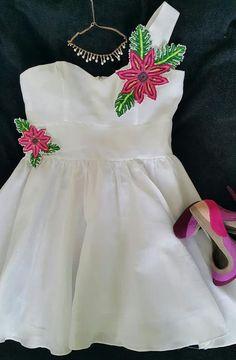 Vestido en tela de hilo con aplicaciones de molas enriquecidas con bordados y perlas.  Siguenos en facebook Guaira by J&T