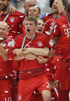 They finally learned that they have to hold him back haha! Müller and Schweinsteiger Real Soccer, Soccer Fans, Thomas Müller, Football Squads, German National Team, Dfb Team, Bastian Schweinsteiger, German Boys, Fc Bayern Munich
