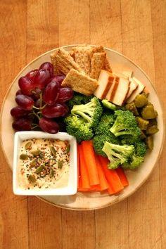 thinspiration: Bahçe-of-vegan: (Chia / kabak / kenevir tohumu ve buğday pilavı ile tepesinde) kavrulmuş sarımsak Humus, kırmızı üzüm ve füme tofu ve dereotu turşu ile Trisuits Havuç + brokoli.  Benim için Lütfen oy!  https://www.talenthouse.com/i/414/submission/126322/3ca7d173