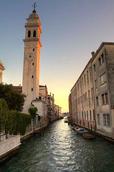 Vista de los canales de Venecia Italia.
