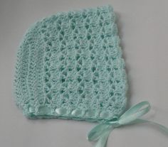 Free Crochet Patterns for Baby Bonnets You will not only find a free vintage baby bonnet crochet pattern on this page, but also my favourite collection of go-to easy bonnet patterns. Includes most popular designs for new mums for baby. Crochet Baby Cap, Crochet Baby Bonnet, Crochet Baby Blanket Beginner, Crochet Baby Clothes, Crochet Beanie, Baby Knitting, Free Crochet, Knit Crochet, Baby Bonnet Pattern