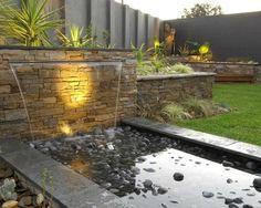 cascade de jardin moderne: rideau d'eau, pierre naturelle et galets