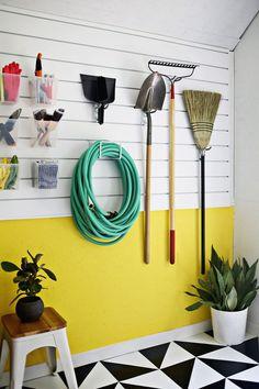 Organizador de elementos de limpieza y jardin para el garage.