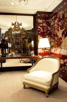 Grandes espelhos, paredes cobertas por ilustrações orientais, espelhos barrocos e móveis de presença são encontrados por todo o imóvel.