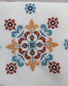 Cross Stitch Borders, Cross Stitch Rose, Cross Stitch Designs, Cross Stitching, Cross Stitch Embroidery, Christmas Cross, Home Decor Furniture, Needlework, Mandala