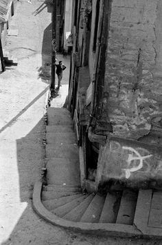 Valparaíso, Chile by Sergio Larrain 1963 Gordon Parks, Walker Evans, Henri Cartier Bresson, History Of Photography, Street Photography, Monochrome Photography, Black And White Photography, Photographer Portfolio, Photo B