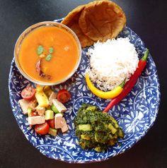 Toor-Dal, Puri, Reis, Spinat-Kartoffel Curry und Tofu Salat. Rezepte auf www.karai.de
