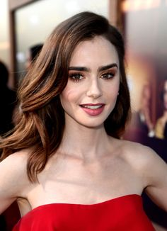 Lily Collins Long Wavy Cut - Lily Collins looked simply beautiful with her loose wavy hairstyle at the premiere of 'The Last Tycoon. Lilly Collins Makeup, Lily Collins Hair, Lily Collins Style, Beautiful Actresses, Pretty People, Makeup Looks, Hair Makeup, Red Makeup, Hair Cuts
