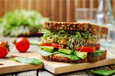 Lanchinhos naturais com pão integral, alface, tomate e abacate