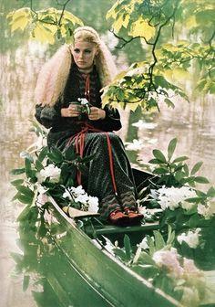 Britt Ekland wearing Miss Bellville in Vogue. Photo by Patrick Lichfield Seventies Fashion, 1960s Fashion, Vintage Fashion, Britt Ekland, Vintage Vogue, Vintage Ladies, Monochrome Outfit, Vogue Uk, Vogue Photo