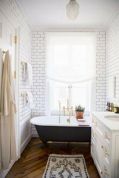 Hervorragend Weiße Wandfliesen Im Badezimmer, Eine Schwarze Badewanne, Kleiner Teppich,  Badezimmer Einrichten