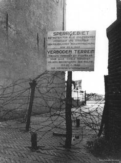Met hekken en prikkeldraadversperringen werd het Sperrgebiet afgebakend. Er werden borden geplaatst waarop werd duidelijk gemaakt dat het om verboden terrein ging. <em>(Foto: Katwijks Museum)</em>