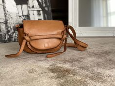 petit-sac-cuir-vieilli-camel (5) Saddle Bags, Leather Backpack, Camel, Backpacks, Google, Small Leather Bag, Distressed Leather, Nice Purses, Leather Working