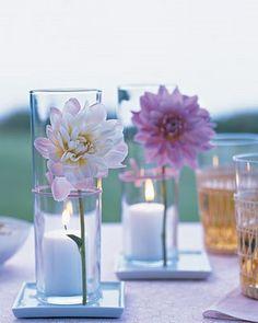 arranjo com uma única flor, um charme, só não pode esquecer do pires com água para a flor não murchar, ainda mais com a vela acessa