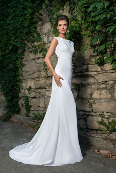 Vestido de Noiva, Via Brasil Noivas, Vestido semi sereia todo em cetim , com bordado e transparência nas costas.