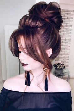It's naturally for brides to feel worrying while preparations for wedding celebration. We collected beautiful wedding hairstyles for medium length hair. Bridal Hair Buns, Bridal Hair And Makeup, Engagement Hairstyles, Bun Hairstyles, Stylish Hairstyles, Indian Hairstyles, Wedding Hairstyles For Medium Hair, Layered Hairstyle, Medium Hair Styles
