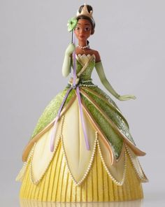 Tiana is looking gorgeous in her flower petal gown! This figurine has so many elaborate and ornate details...