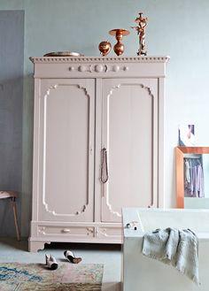 Que combianción más bonita: vinatge & tonos pastel !love the wall and armoire colors together