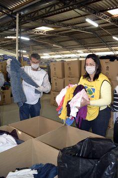 Voluntários da Igreja Jesus Cristo dos Santos dos Últimos Dias ajudam no trabalho de separação das roupas doadas à campanha  Doe Calor.  Sábado, 31 de setembro de 2013.  Foto: Karla Dudas/ IPCC