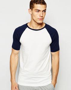 Muskelshirt T-Shirt von ASOS elastischer Jersey Rundhalsausschnitt schmale Raglanärmel sitzt eng am Körper enge Passform Maschinenwäsche 94% Baumwolle, 6% Elastan Model trägt Größe M und ist 188 cm/6 Fuß 2 Zoll groß