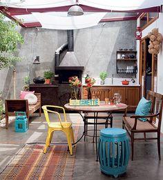 """A arquiteta Fernanda Neiva criou o pátio, que une o estar aos ambientes íntimos, nos fundos. """"Era um pré-requisito dos moradores ter uma área generosa para receber os amigos. Por ser coberto, o lugar pode ser usado em dias de chuva"""", conta"""