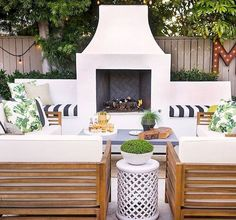 70 Cozy Backyard and Garden Seating Ideas for Summer - Modern Backyard Fireplace, Cozy Backyard, Diy Outdoor Fireplace, Stucco Fireplace, Outside Fireplace, Fireplace Seating, Indoor Outdoor Living, Outdoor Rooms, Outdoor Decor