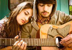 """Eres sentimental y extrovertido  Al igual que disfrutas de la música con sentimiento, aquella que es diferente y sobresaliente, todas esas palabras pueden ser también usadas para describirte a ti. La música te habla cuando proviene de la verdad, o cuando el músico no es """"fabricado"""" por el mundo, sino que es como es. Tus experiencias y emociones se ven reflejadas en la música que escoges, la sientes como el soundtrack de tu vida."""