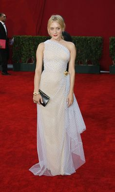 Red-Carpet Rundown: 27 Memorable Looks from the Emmys – Vogue - Chloe Sevigny in Isaac Mizrahi Chloe Sevigny Style, Blond, The Emmys, Vogue, Celebrity Look, Celebrity Outfits, Red Carpet Dresses, Red Carpet Looks, Red Carpet Fashion
