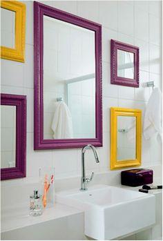 Espelhos coloridos no banheiro