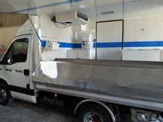 Veicolo con banco estraibile per vendita pesce fresco. Allestimenti Truck food, allestimenti street food Napoli, Plasto lucidi www.plasto-lucidi.com