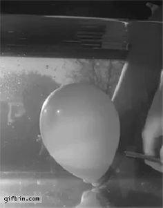 Explosión de un globo bajo el agua