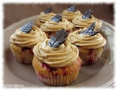 Puolukkamuffinssit kinuskikuorrutteella Caramel Cupcakes, Piece Of Cakes, Sweet Treats, Brunch, Food And Drink, Sweets, Snacks, Desserts, Cup Cakes