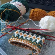 Ideas crochet projects new for 2019 Crochet Baby Beanie, Crochet Kids Hats, Crochet Mittens, Fingerless Mittens, Knitted Slippers, Knitting Socks, Hand Knitting, Knitting Patterns, Crochet Jacket Pattern