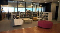 Hyvää viikonalkua! Tänään kello 9.00 aukeaa remontissa ollut Tikkurilan Laurea-kirjasto! Vielä on hieman puunattavaa ja tavarat etsivät oikeaa paikkaansa, mutta onhan tää uus kirjasto ihana. Tervetuloa tutustumaan uudet ja vanhat opiskelijat! Nähtävillä morsiammilta tuttuun tyyliin jotain uutta, jotain vanhaa, jotain lainattua ja jotain sinistä.